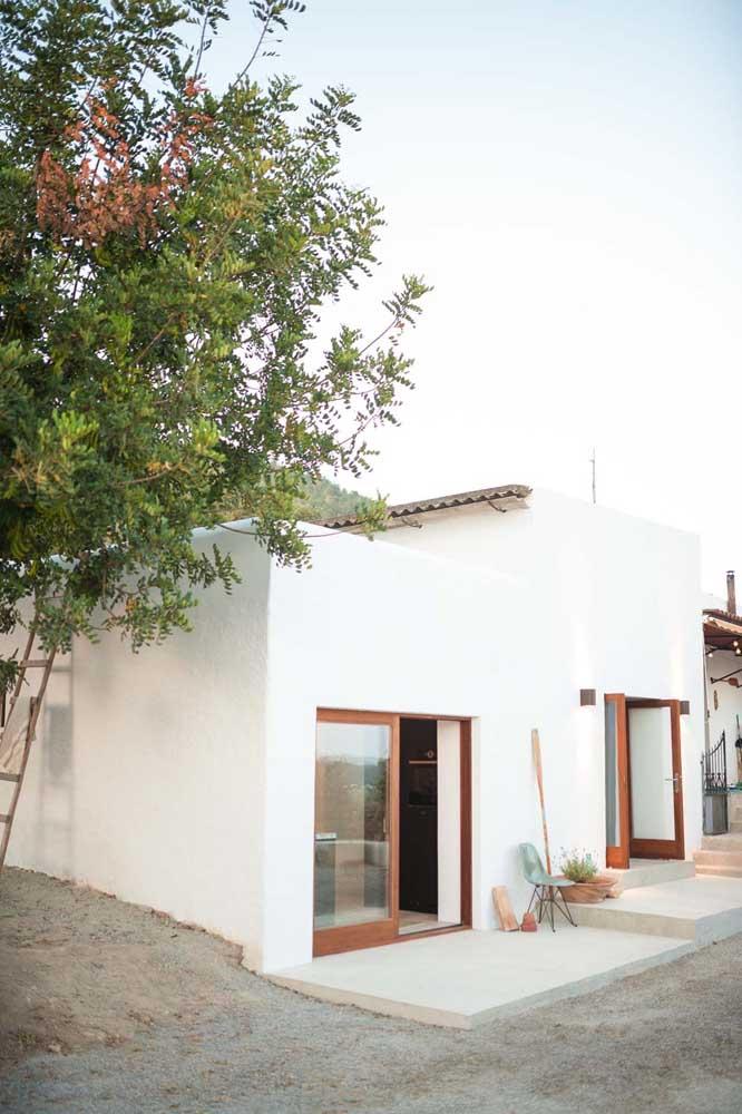 Casa térrea simples toda pintada de branca; acolhedora só de olhar