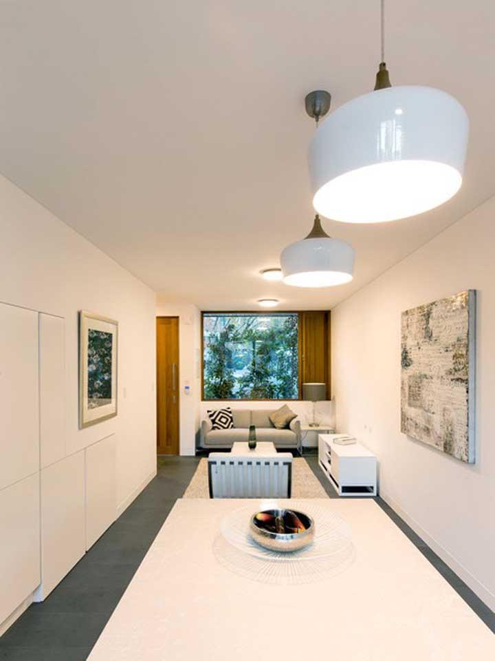 As cores claras e neutras, como o branco, favorecem a sensação de amplitude do ambiente e a iluminação natural