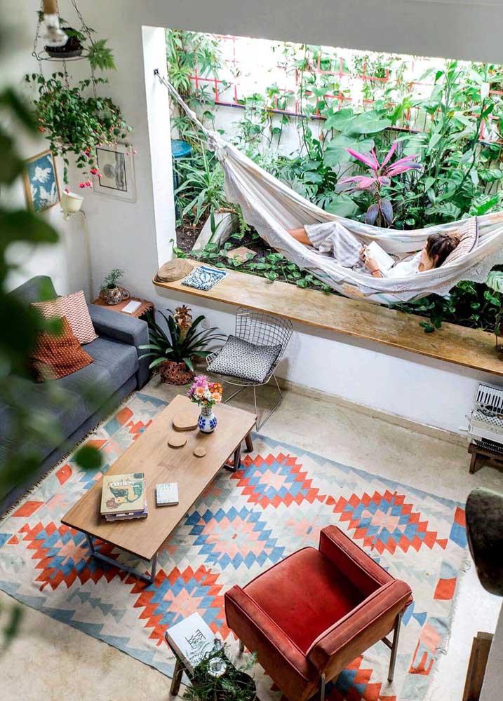 Experimente decorar a sua casa com aquilo que traz conforto para o corpo e a mente, como plantas e uma rede