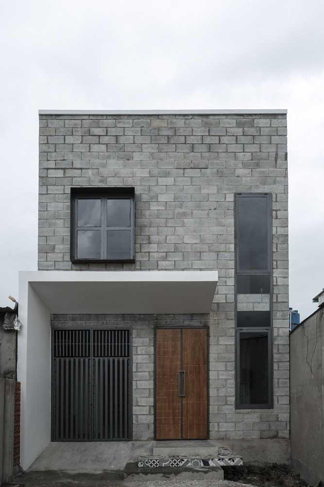 Já nessa outra casa simples, a fachada permaneceu com os tijolos de concreto aparentes; uma solução moderna, alternativa e econômica para a entrada da casa