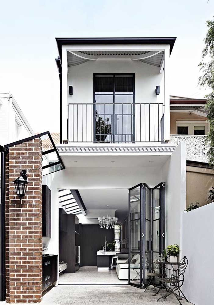 Casa simples em estilo escandinavo: muita luz natural e cores claras no projeto