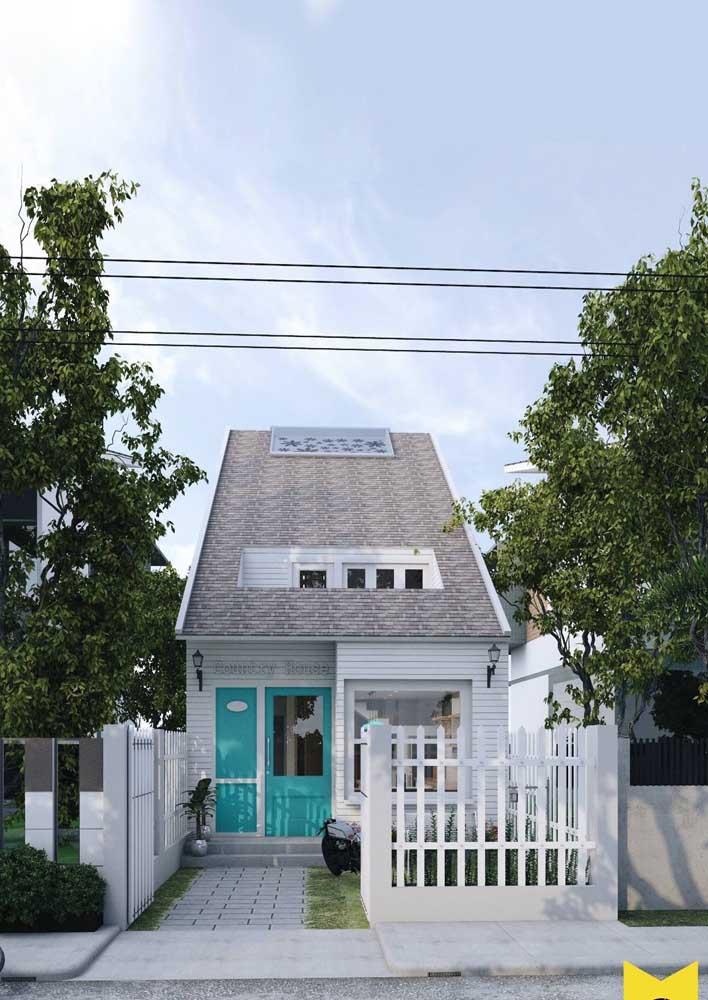 Fachada de casa simples em terreno retangular; repare que a construção soube aproveitar o espaço disponível de modo inteligente e eficaz