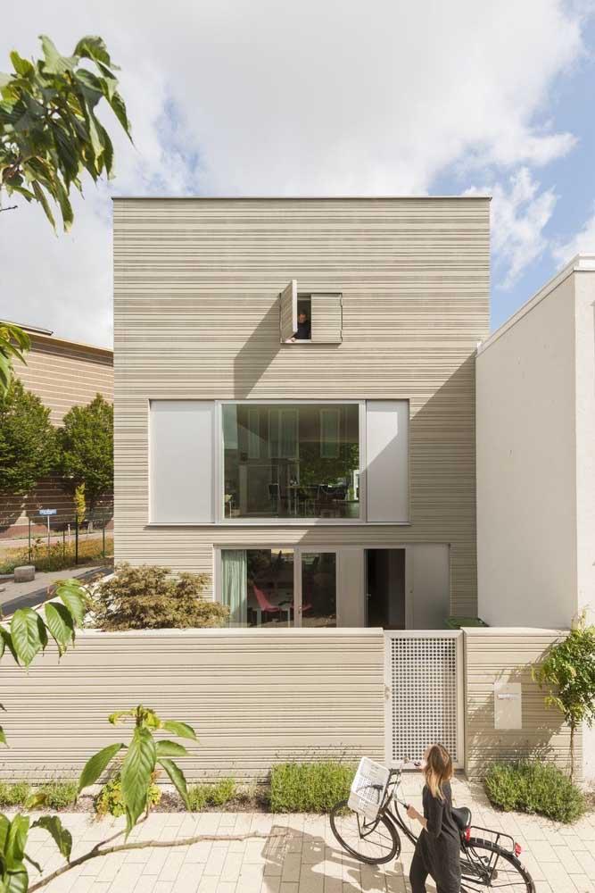 Casa simples com fachada de telhado embutido, característica número um das construções modernas