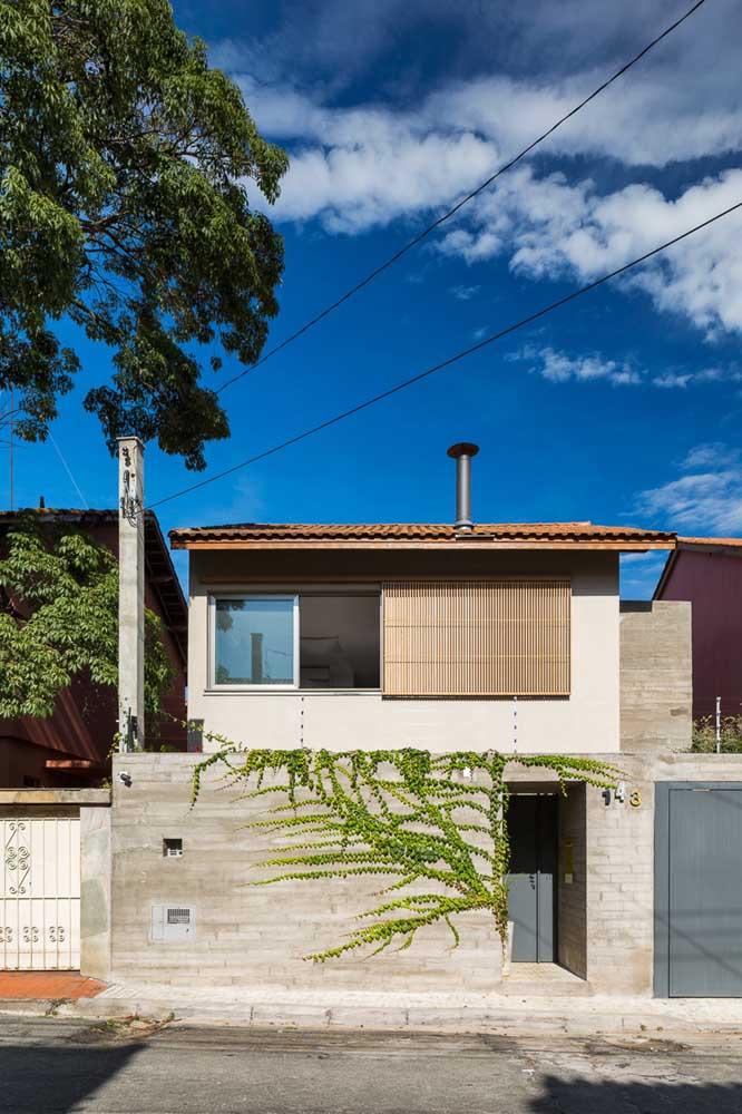 Nessa casa simples, o destaque fica por conta da planta trepadeira colorindo de verde o muro