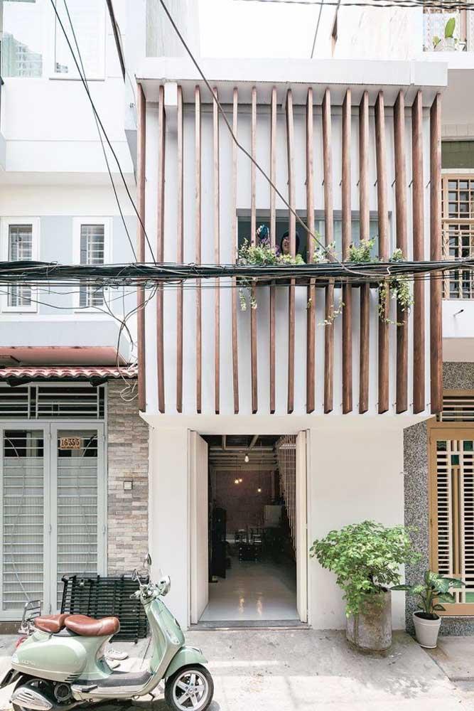 Se você já tem uma casa simples e deseja realçar a fachada, use ripas de madeira