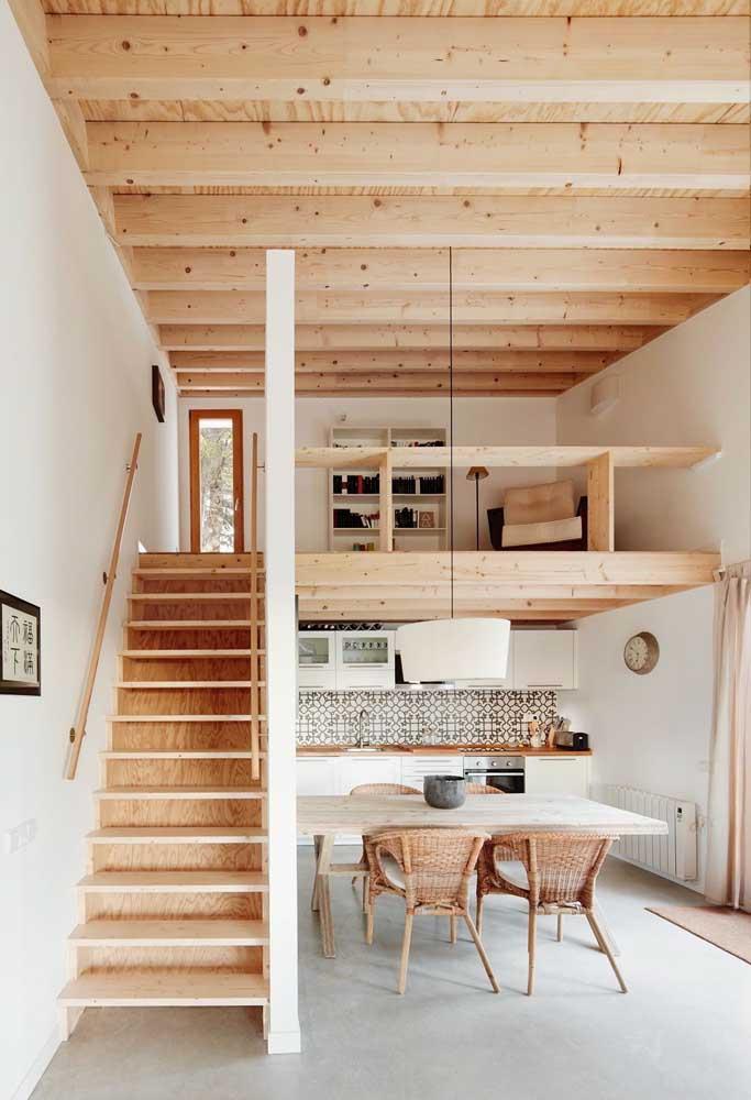 O uso da madeira de pinus barateia o projeto e ainda dá um toque moderno ao interior da casa simples