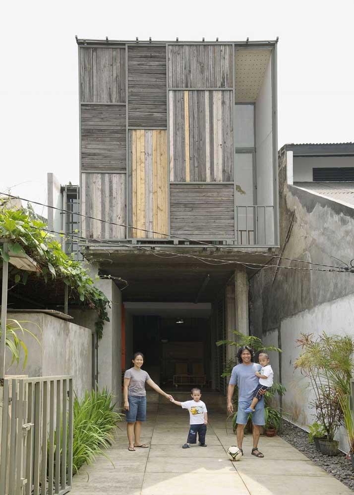 O que acha de deixar a fachada transparecer a beleza natural dos materiais com que foi feita?