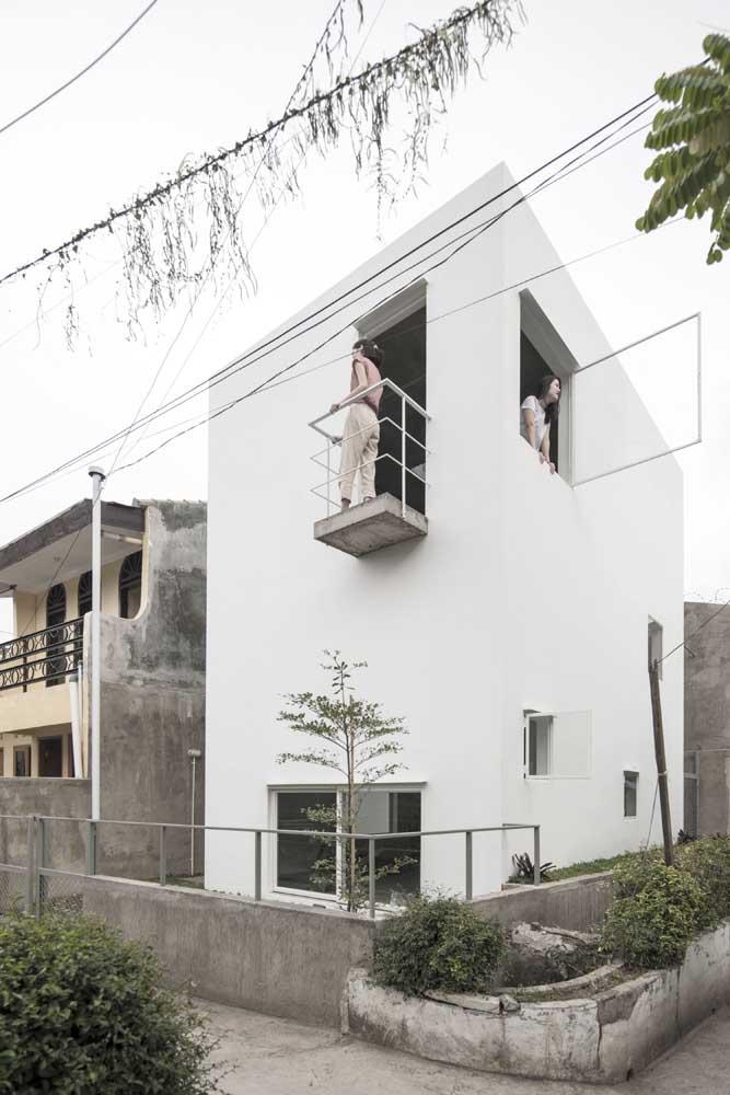 Casa simples, de design minimalista, com tamanho suficiente para as necessidades da família