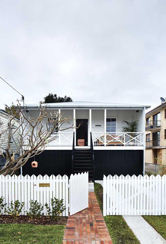 Um ótimo estilo de casa simples e barata são aquelas pré montadas de madeira, como essa da imagem