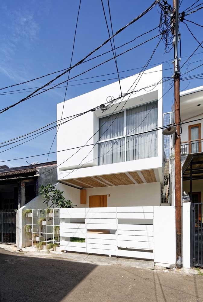 Casa branca simples com varanda: projeto perfeito para quem busca unir conforto, beleza e economia