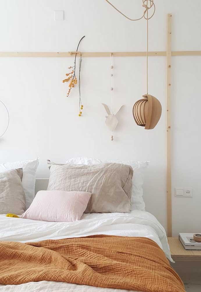 No quarto do casal a simplicidade também se faz presente e, ao invés de cabeceira, almofadas e na decoração, peças naturais e outras produzidas artesanalmente