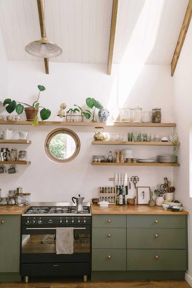 Cozinha de casa simples é assim: acolhedora e aconchegante; repare que o uso das prateleiras deixa o projeto mais descontraído e econômico