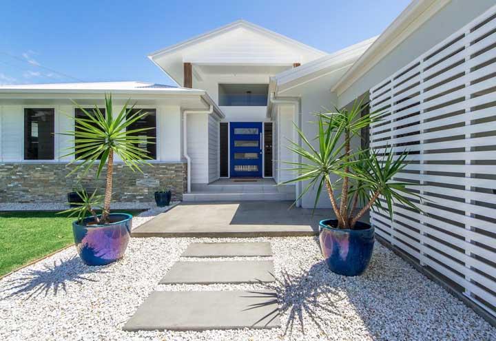 Que tal eleger uma cor para ser o destaque da fachada da casa simples? Aqui a aposta foi no azul