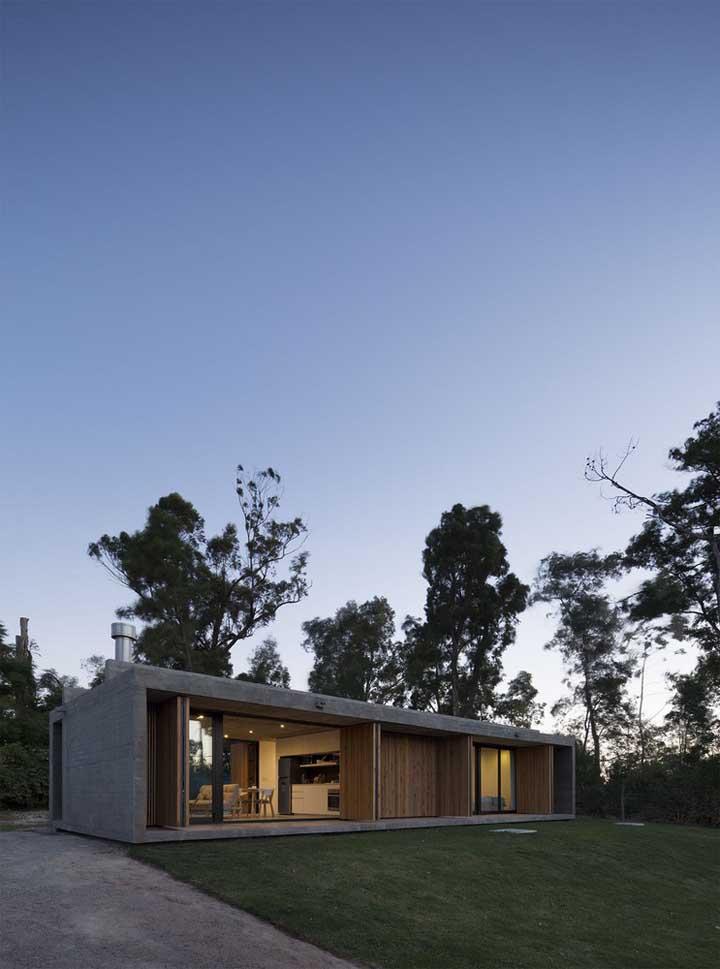 Para aumentar o contato com a natureza, essa casa simples ganhou grandes aberturas em vidro