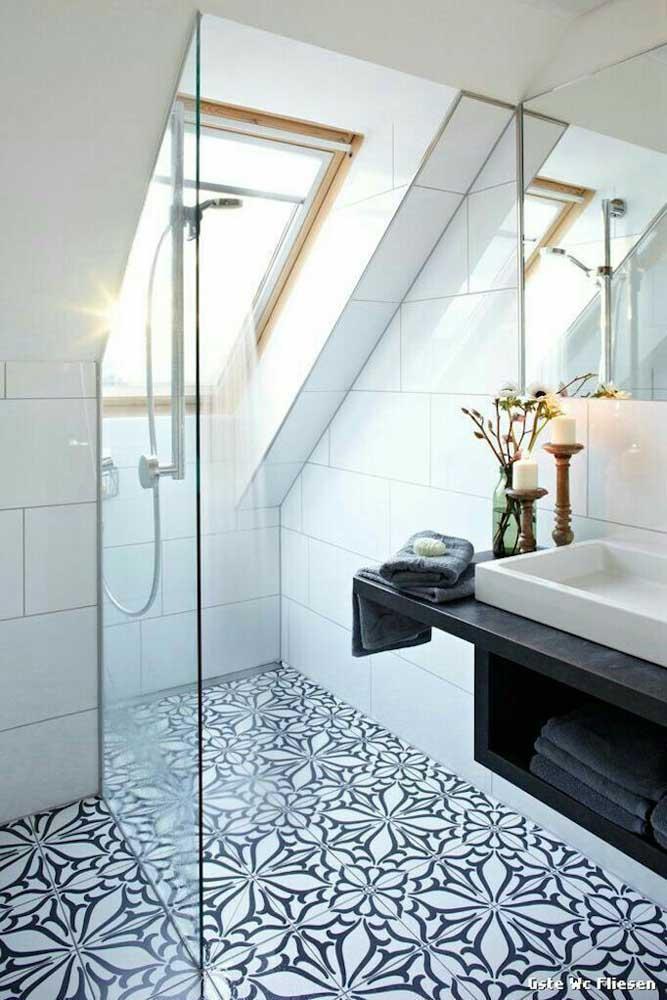 A estampa desse piso cerâmico é o grande destaque desse banheiro