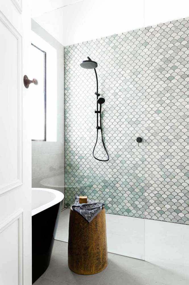 Escolha uma apenas parede do banheiro para revestir com cerâmica colorida ou estampada
