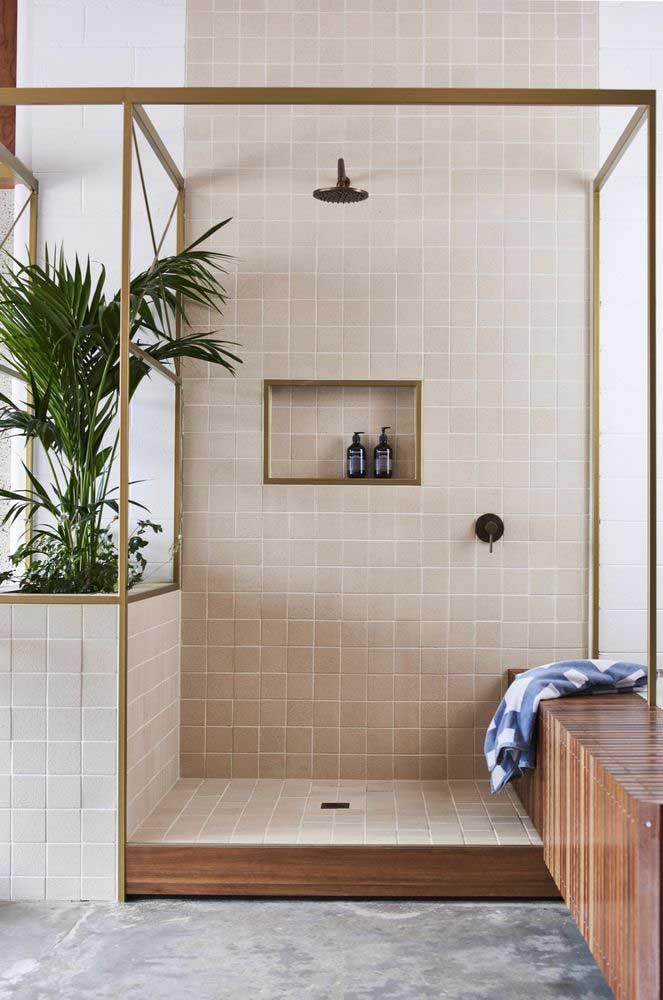 Nesse banheiro de pé direito alto, a cerâmica acompanha a altura da parede