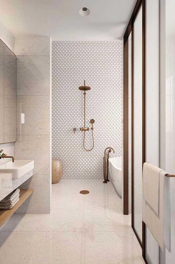 Mesmo grande e espaçoso esse banheiro apostou nas cores claras e neutras para as cerâmicas do chão e das paredes