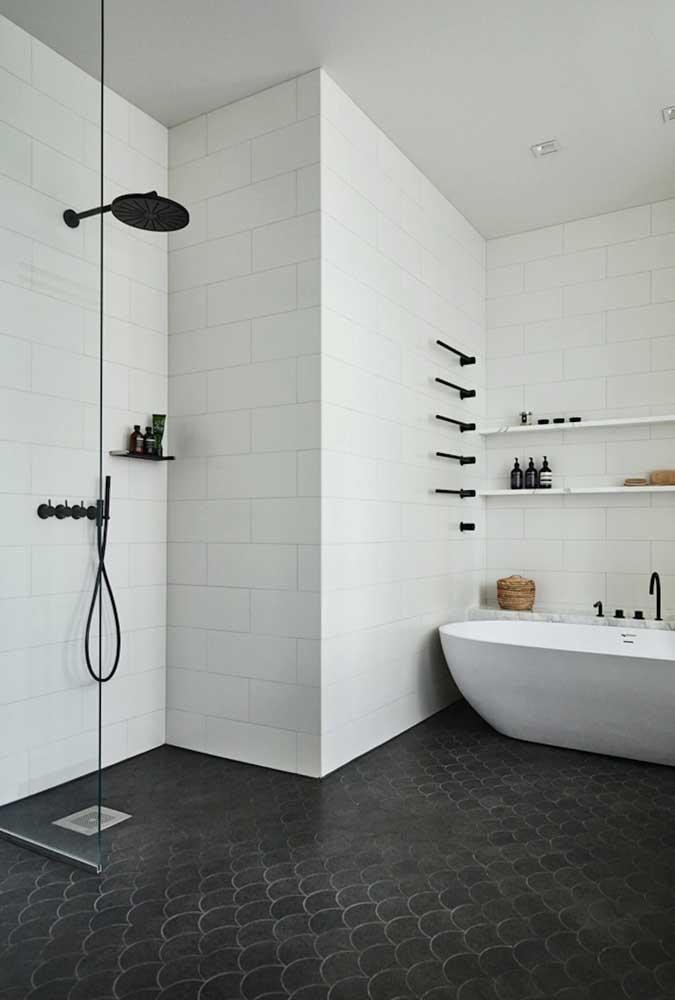 Aqui, a cerâmica branca e preta para banheiro também se destaca