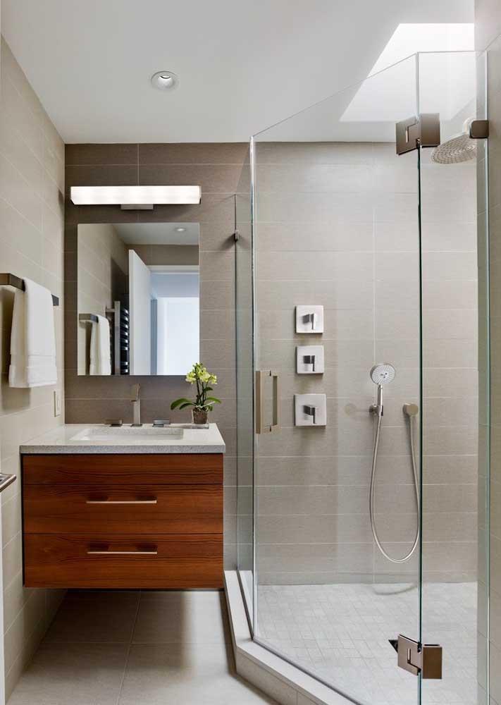 Cores claras e cerâmicas lisas para não sobrecarregar o visual do pequeno banheiro