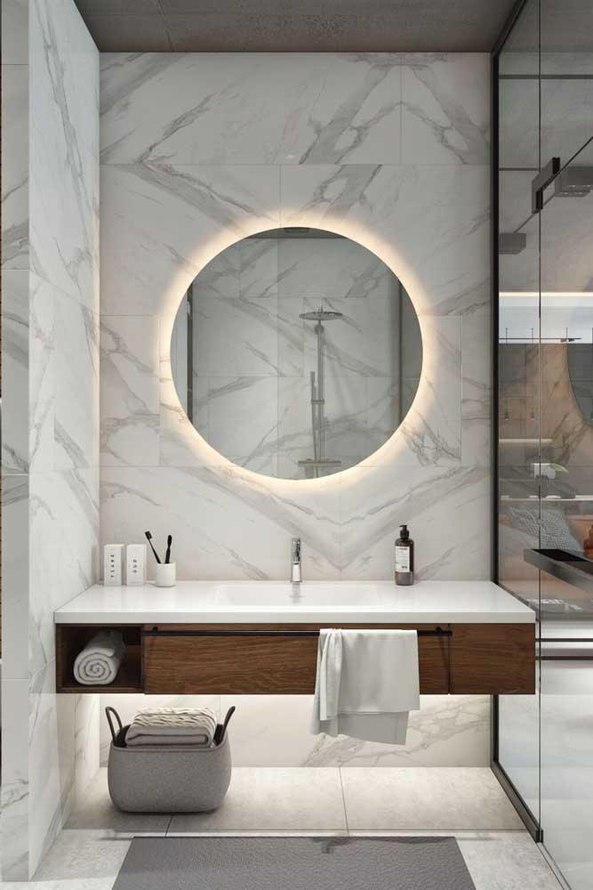 Luz para destacar a cerâmica da parede com aspecto marmorizado