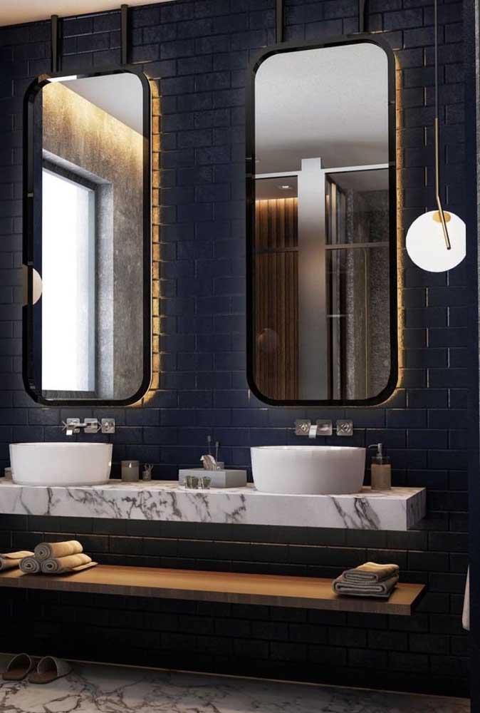 Um arraso esse banheiro com azulejos de metro azul marinho!