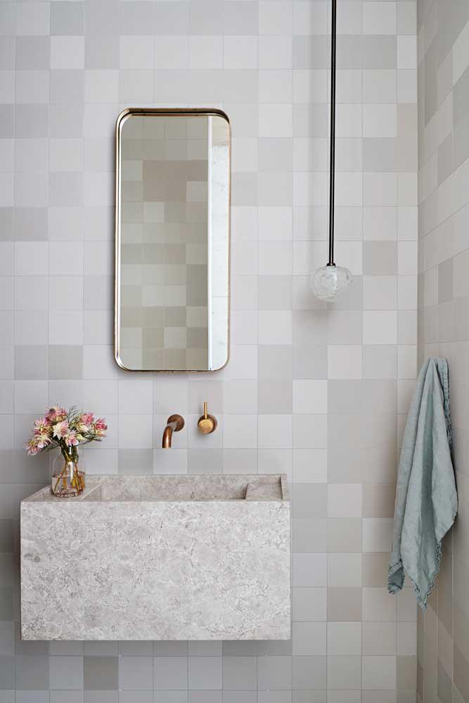 Uma sugestão para driblar a neutralidade das cores é usar peças cerâmicas menores em tons similares se alternando, como essas da imagem em branco e cinza