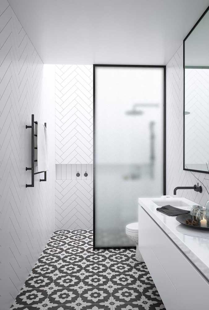 Cerâmica de estilo retrô para o piso e azulejos diagonais na parede: uma bela composição de estilos criada com a cerâmica