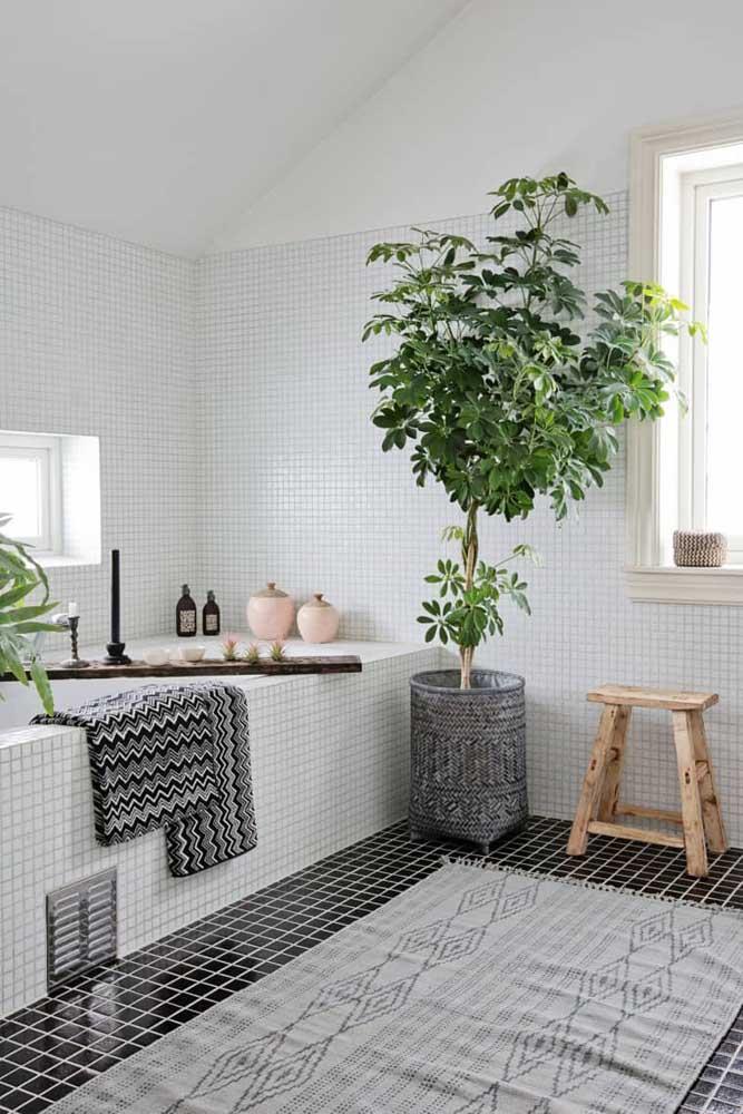 Clássico preto e branco desenhado nesse banheiro com as cerâmicas