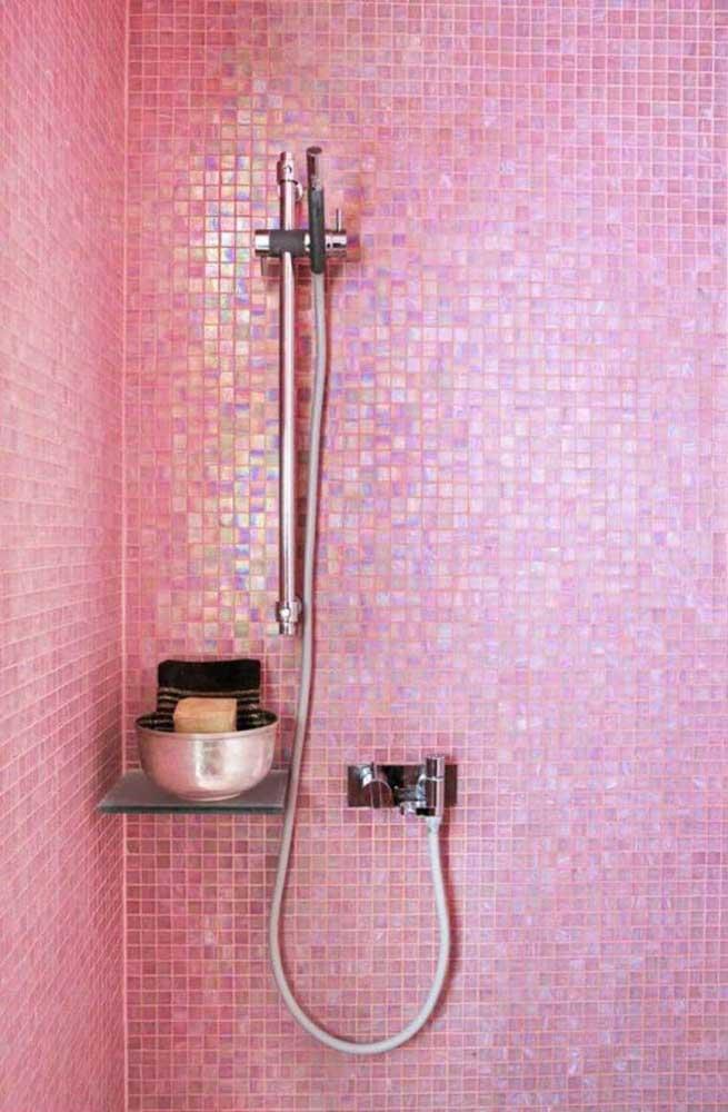 Pastilhas cor de rosa com acabamento brilhante para a área do box: projeto cheio de personalidade