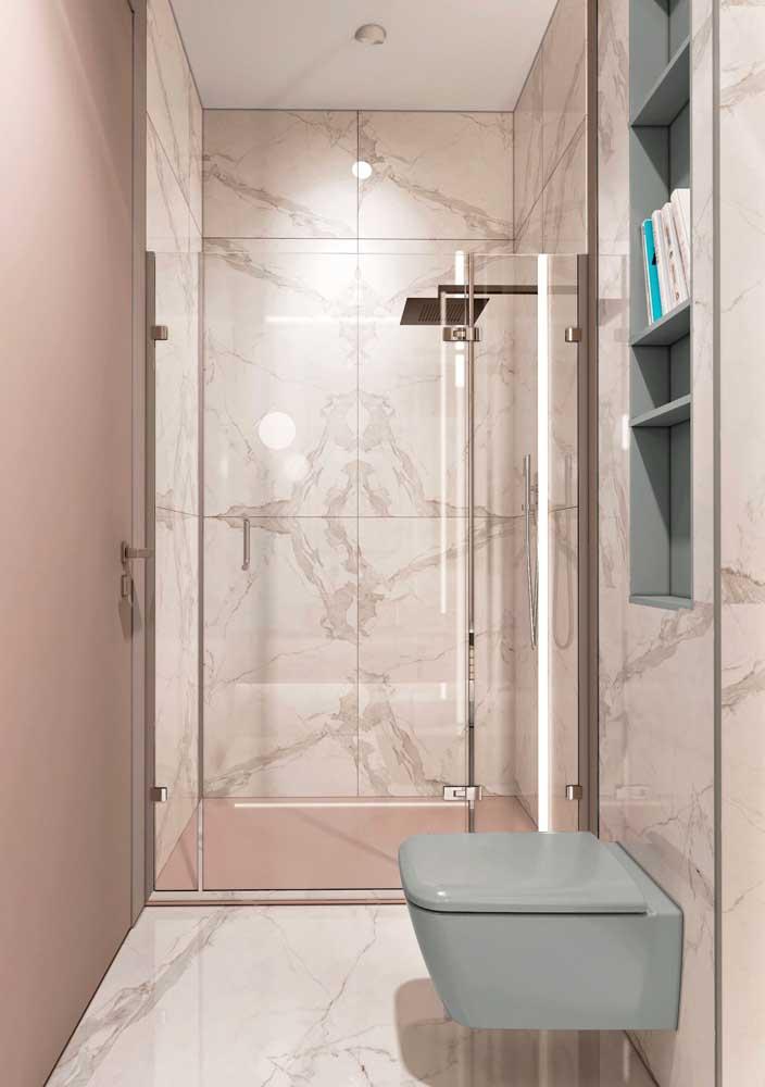 A textura marmorizada na cerâmica para banheiro garante um toque de elegância ao ambiente