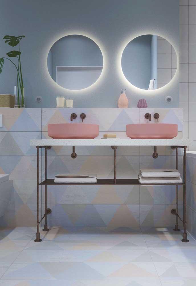 Cerâmica de tons suaves e delicados revestem o piso e metade da parede desse banheiro