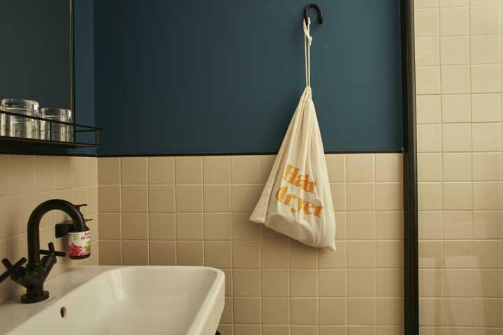 Proposta moderna, bonita e funcional para o pequeno banheiro: a metade da parede com revestimento cerâmico garante que a umidade não se acumule nas paredes