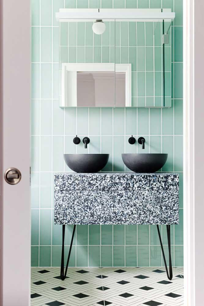 Entre o retrô e o industrial, esse banheiro traz azulejos de metro verde instalados na vertical