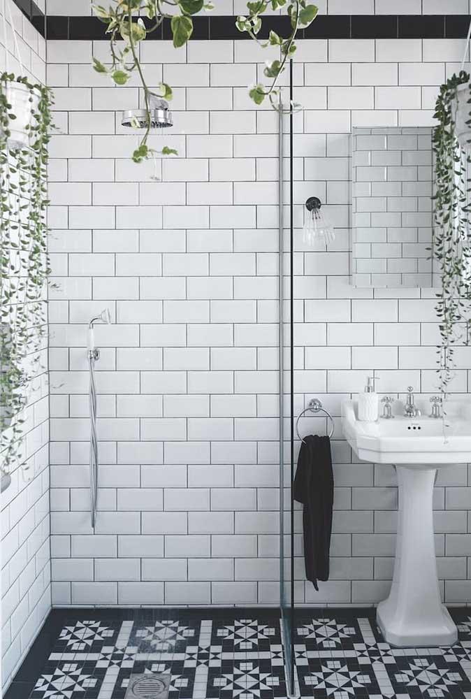 Nada melhor para trazer vida ao banheiro de cerâmica preta e branco do que plantas