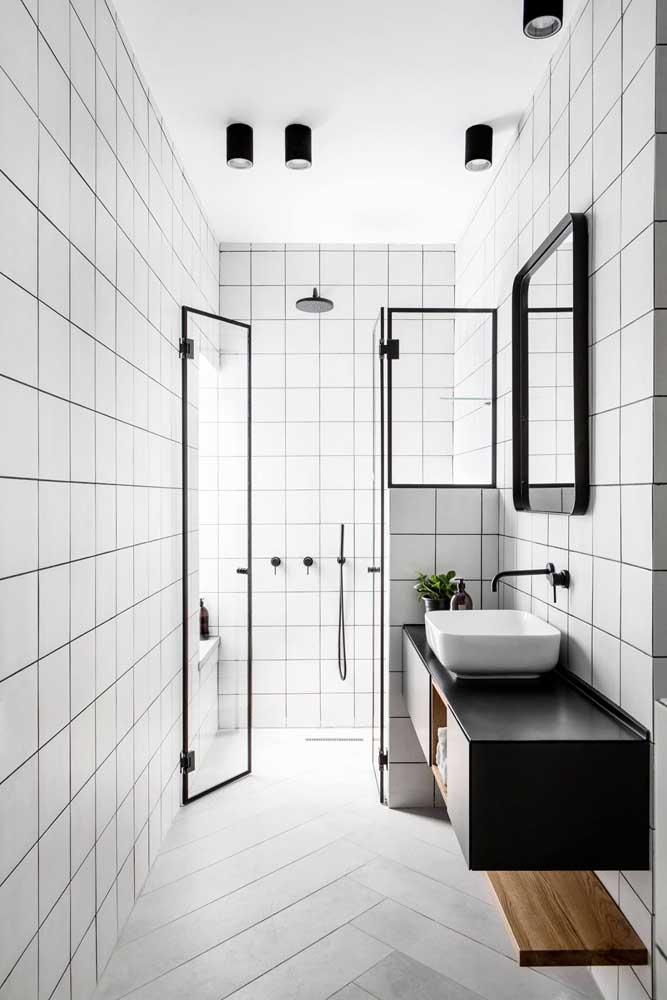 Banheiro de estilo moderno e minimalista revestido com cerâmicas brancas e completado com detalhes preto