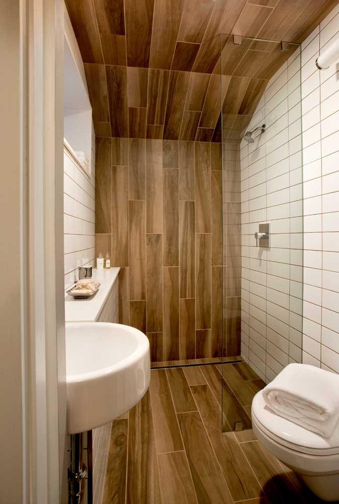 O revestimento cerâmico amadeirado torna o banheiro muito mais acolhedor e aconchegante