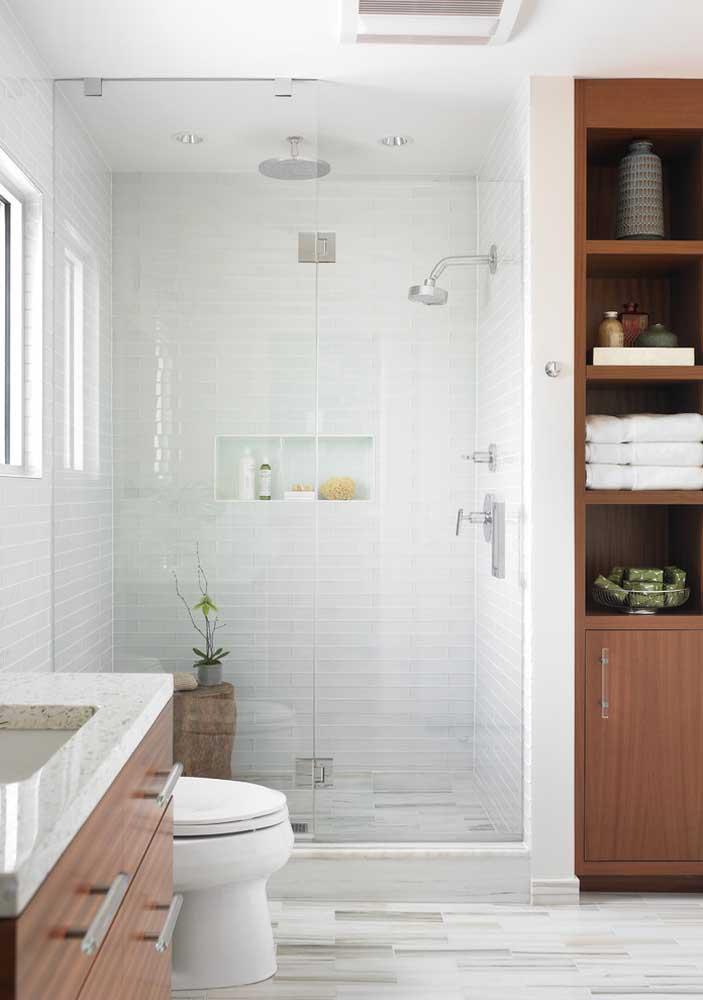 Mude um pouco a cara do banheiro branco optando por cerâmicas texturizadas e com estampas suaves