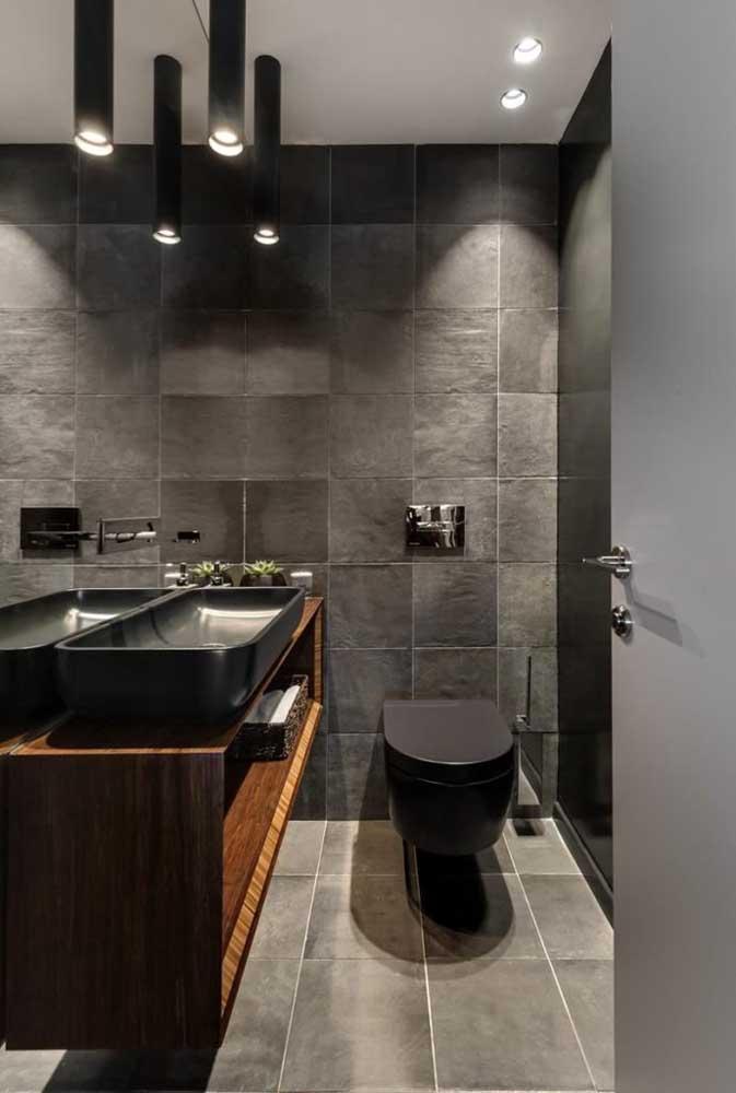 As louças e metais pretos ajudam a destacar a cerâmica cinza da parede