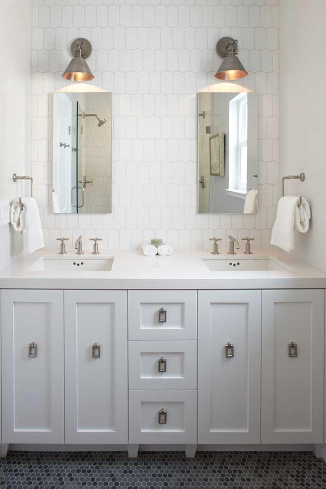 Nesse banheiro, a escolha por uma cerâmica de estilo clássico e atemporal permite que qualquer decoração se encaixe harmoniosamente