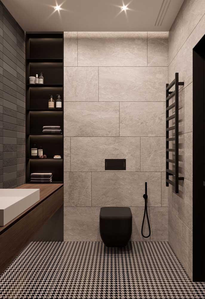 Três tipos diferentes de cerâmica se unem nesse projeto super moderno de banheiro; repare, contudo, que nenhuma apaga o brilho da outra