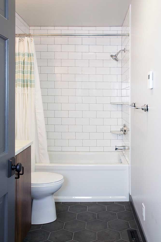 Cerâmica em formato hexagonal no chão; repare que a cerâmica só foi usada na parede da banheira para segurar a umidade, o restante das paredes recebeu pintura