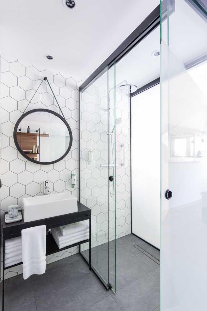 Banheiro moderno e simples ao mesmo tempo, bastou a escolha certa das cerâmicas que revestem o piso e as paredes