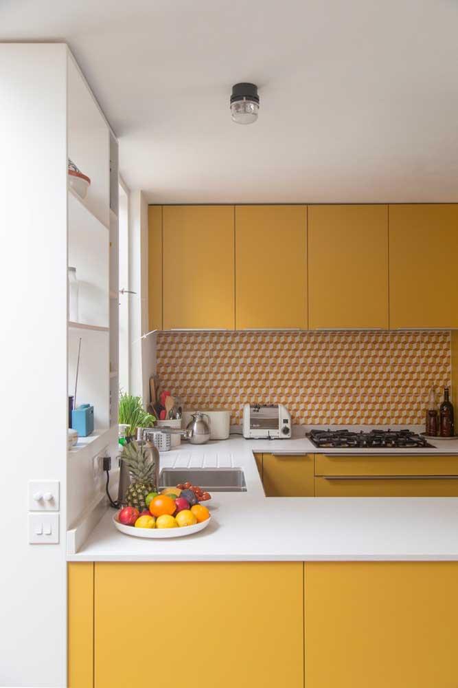 Um charme essa cozinha americana pequena planejada com móveis em amarelo e branco