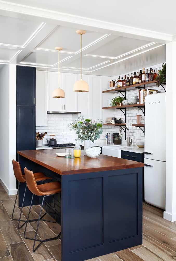 Essa cozinha americana pequena ficou incrível com o tom de azul e o formato do balcão mais largo, de modo que ele ficasse parecido com uma mesa de jantar