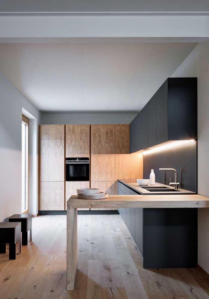 A iluminação embutida com LED também é destaque nessa cozinha americana pequena simples