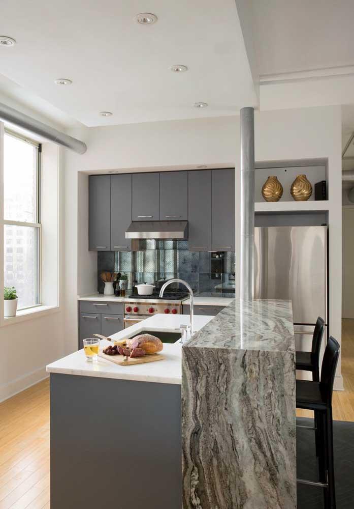 Cozinha americana pequena simples também tem espaço para revestimentos nobres como o mármore