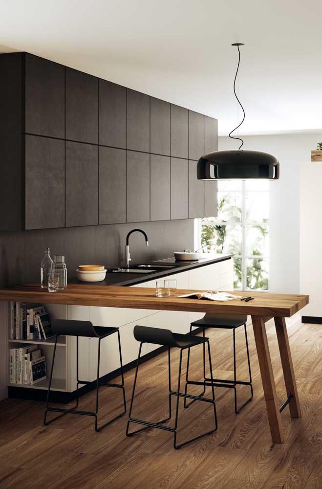 Um luxo essa pequena cozinha americana com armários pretos