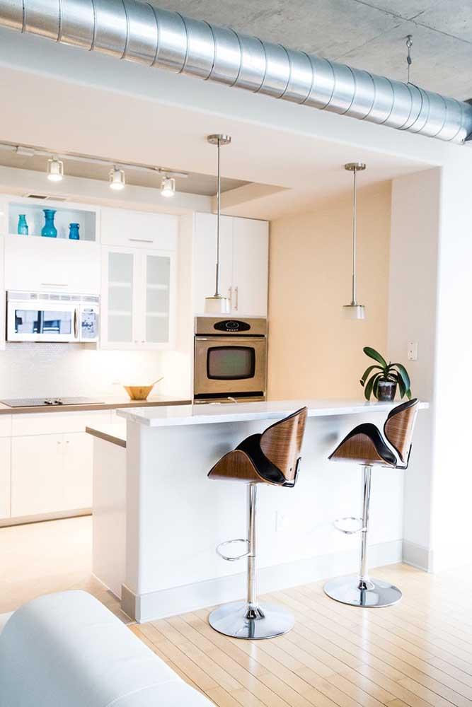 Cozinha planejada pequena moderna com móveis planejados; destaque para os pendentes acima do balcão