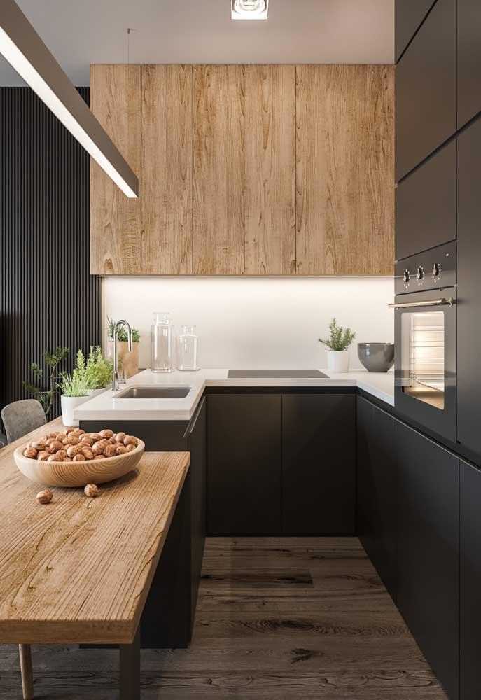 Essa inspiração de cozinha americana pequena ganhou um balcão em um nível abaixo da pia e dos armários